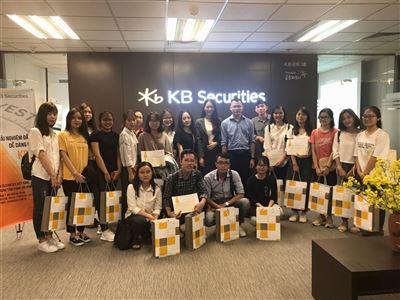"""KBSV trao giải cho sinh viên xuất sắc của chương trình """"Trải nghiệm đầu tư dễ dàng cùng KBSV"""""""